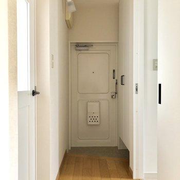 玄関もすっきりとした印象。※写真は通電前のものです