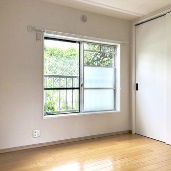 洋室からも緑が見えて癒されます。※写真は通電前のものです