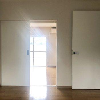 窓側からリビングの方を見ると。扉が白で統一されていてすっきりとした印象です。※写真は通電前のものです