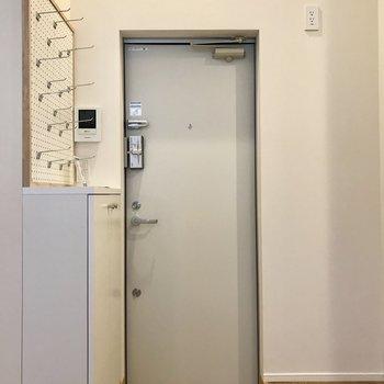 玄関横はラックを置いても◯コンセントがあるので電子レンジや炊飯器置き場としてもありですね。