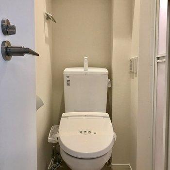トイレ、言うまでもなくキレイです。お隣にはお風呂が!