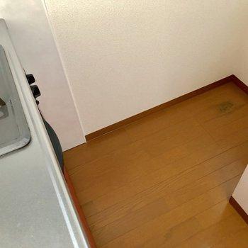 キッチンの向かいには冷蔵庫が置けます