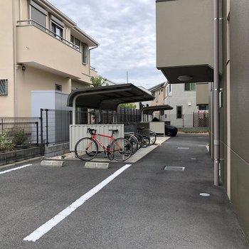 駐輪場と駐車場も付いています