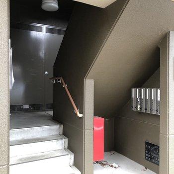 ポストは1階階段横にあります