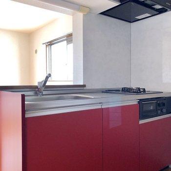 キッチンはストロベリーレッド色。甘酸っぱくてピュアな印象です