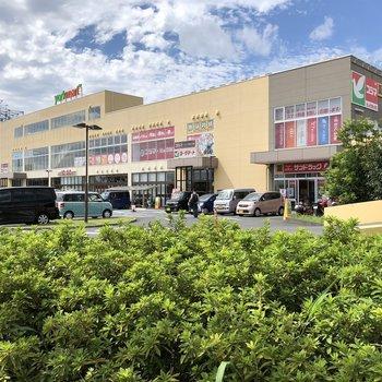 お部屋のすぐ近くにはショッピングセンターがあります