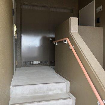 お部屋は最上階の右側のドアからです