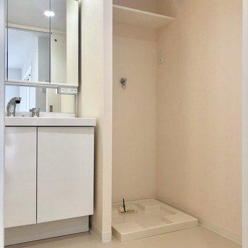 キッチン横のドアからサニタリースペースへ。※写真は2階の同間取り別部屋のものです。