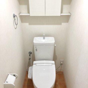 トイレも清潔感。収納も。※写真は2階の同間取り別部屋のものです。