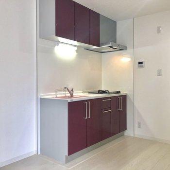 さあさあ気になるキッチン。※写真は2階の同間取り別部屋のものです。