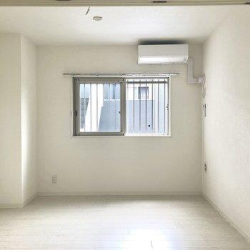 キッチンの正面の1部屋、※写真は2階の同間取り別部屋のものです。