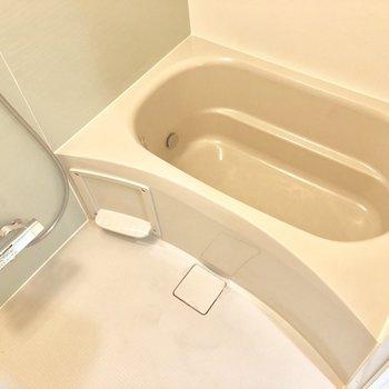 お風呂はコンパクトめに。※写真は2階の同間取り別部屋のものです。