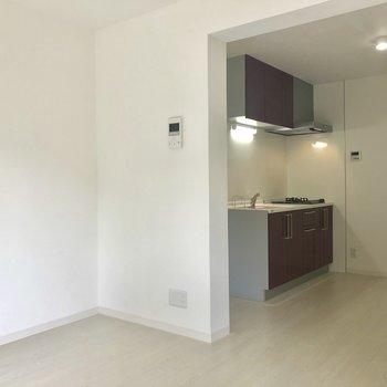 さあさあいよいよ気になるキッチン。※写真は2階の同間取り別部屋のものです。