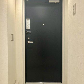 玄関も明るく好印象。※写真は2階の同間取り別部屋のものです。