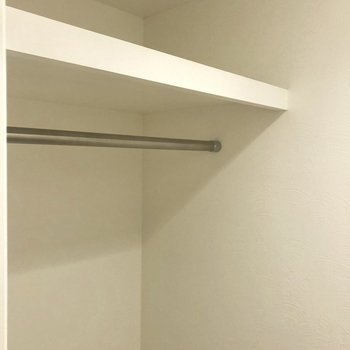ハンガー掛けも。※写真は2階の同間取り別部屋のものです。
