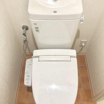 トイレはしっかりウォッシュレット。※写真は2階の同間取り別部屋のものです。