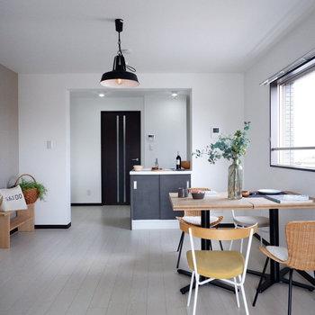 観葉植物を置いて柔らかい空間に。※家具はサンプルです