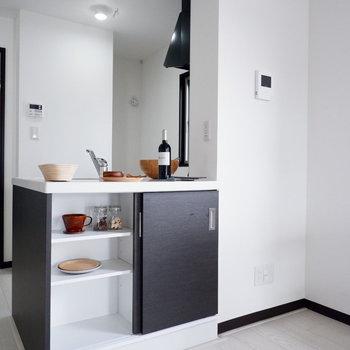 オシャレな食器をたくさん集めくなる。※家具はサンプルです
