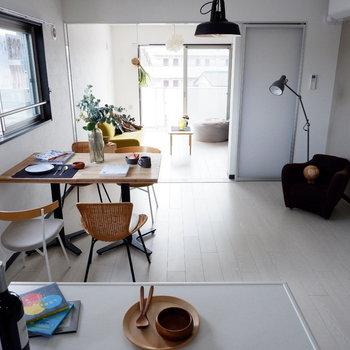 キッチンから見たらこんな感じ。※家具はサンプルです
