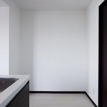 こちらの空間スペースに収納棚があったらいいかも。※家具はサンプルです