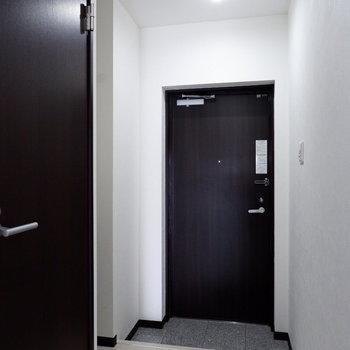ブラックの扉がアクセント◎