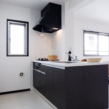 キッチンにも小窓が!※家具はサンプルです