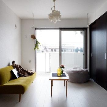 雨の時はお部屋干しも可能。※家具はサンプルです