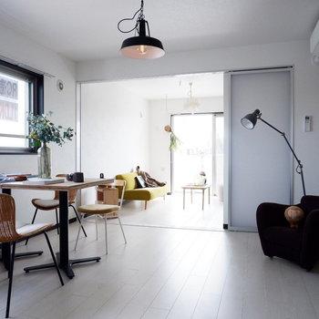 真っ白に洗練されたお部屋です。※家具はサンプルです