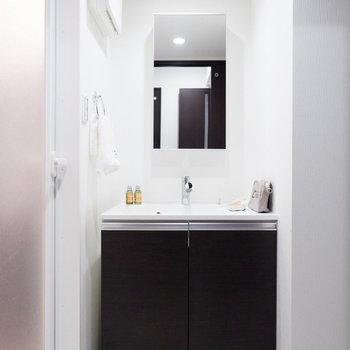 清潔感のある洗面台。※家具はサンプルです