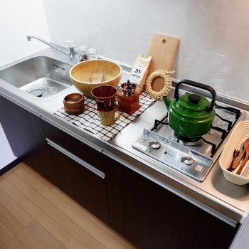 調理スペースも十分にあります。※家具はサンプルです
