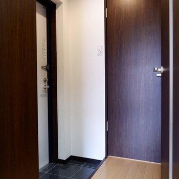 玄関と居室が分かれているのでスッキリ。