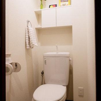 トイレにも棚がついています。※家具はサンプルです