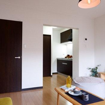 キッチン側がゆったりしていると開けて見えますね。※家具はサンプルです