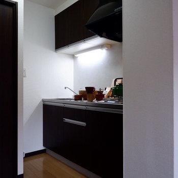 キッチンはシックなブラウンに。※家具はサンプルです