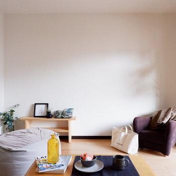 ベッドの他に1人暮らしのソファなども置きたいですよね。※家具はサンプルです