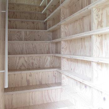 見てください、このびっしり並んだ棚板を!玄関開けるとこれ。※写真は前回募集時のものです