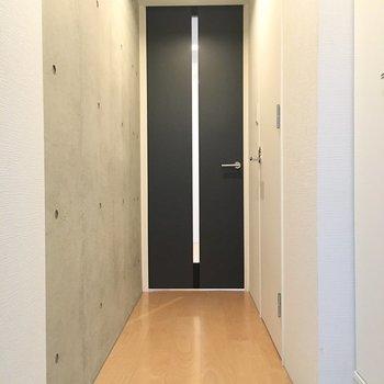 扉を開けて、お部屋まで続く壁もコンクリです!