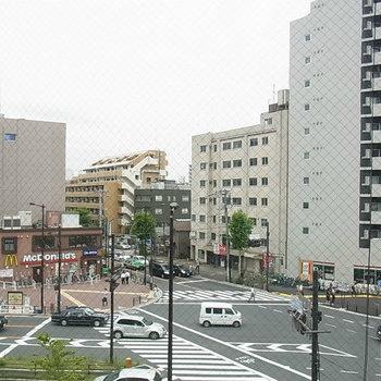 眺めは4階のため駅前の大通りって感じです。※写真は4階の同間取り別部屋のものです