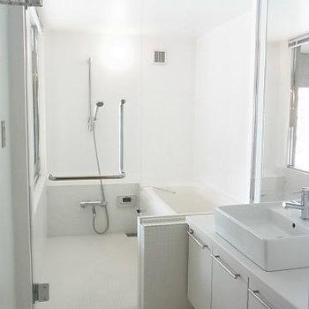 浴室はガラス張りです。※写真は4階の同間取り別部屋のものです