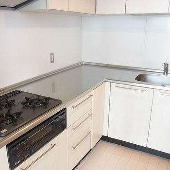 L字型キッチンに3口コンロ&グリル。※写真は4階の同間取り別部屋のものです