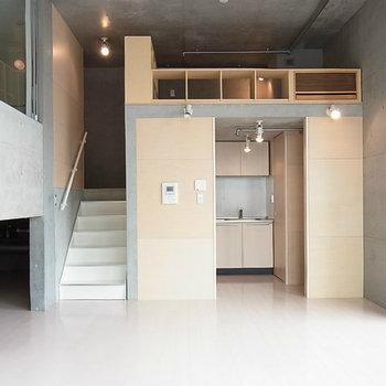 右奥がキッチンスペース。※写真は4階の同間取り別部屋のものです