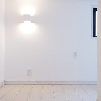 ブラケットの光がかわいい※写真は別部屋、前回募集時のものです。