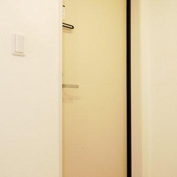 玄関はこちら※写真は別部屋、前回募集時のものです。