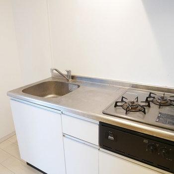 キッチンは2口コンロ※写真は別部屋、前回募集時のものです。