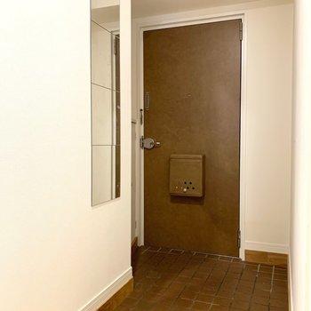 玄関にはミラーとコート掛けも設置してますよ