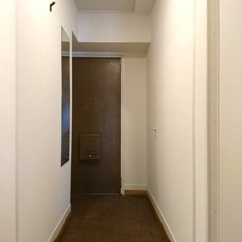 玄関にはミラーとコート掛けも設置してますよ ※写真は別部屋同間取りです