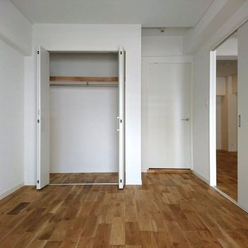 寝室】収納はガバッと大きく確保 ※写真は別部屋同間取りです