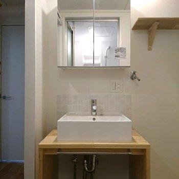 造作の洗面台は木目感がたまらないですね ※写真は別部屋同間取りです