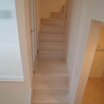 階段次々上がってくださいねえ~※写真は1階の反転間取り別部屋のものです。