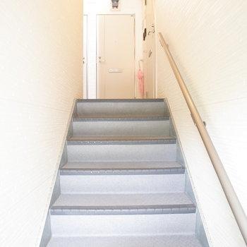 共用部、階段でのぼっていかないかんとですね。※写真は1階の反転間取り別部屋のものです。